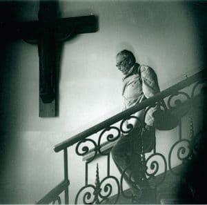 Zoran Music auf einer Treppe